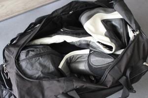 Lederkombi, Protektor und Handschuhe füllen die Tasche nicht aus - der Helm hat ein extra gepolstertes Fach
