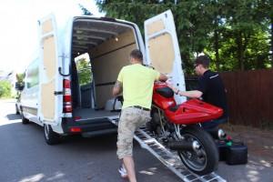 Einladen des Motorrades in den Transporter