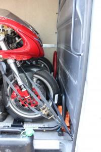 Sicheres Verzurren - 45 Grad nach vorne, 4 Gurte je Motorrad