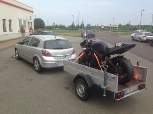 Transport mit dem Anhänger zur Rennstrecke