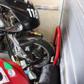 Die Motorräder werden vom Spediteur geladen und gesichert